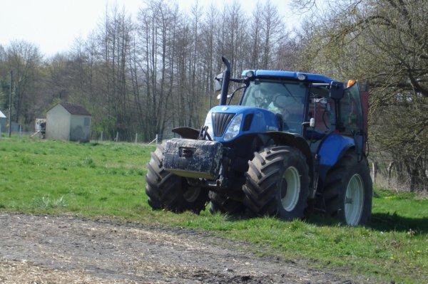 new holland t7 250 + 3 essieux l'artésienne (chargement du fumier )
