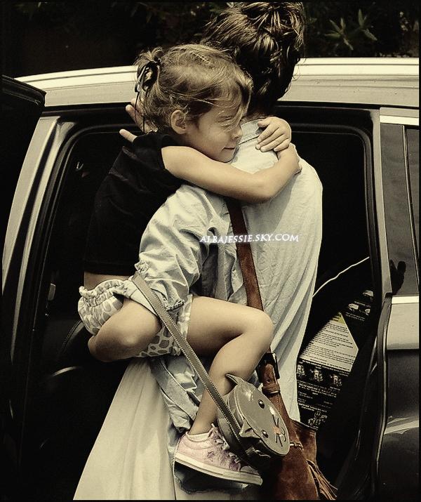 . 26/08/11 : Premier sortir aprés son accouchement, Jess a été accompagne sa fille H chez le medecin .  .
