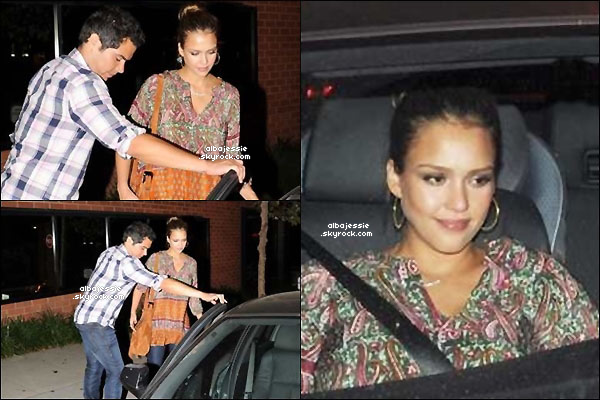 . 26/08/11 : Jessica a été vue avec Cash sortant dans une restaurant aprés avoir diner tout les deux . 27/08/11 : Lendemain dans la nuit , Le couple a été dehors tout les deux dans West Hollywood . .