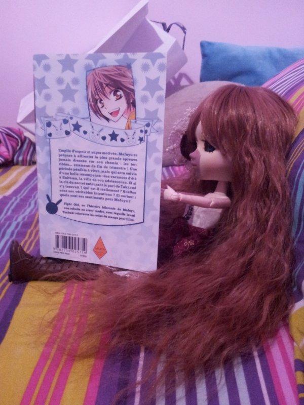 Ma puce en train de lire un de mes 250 mangas.^^