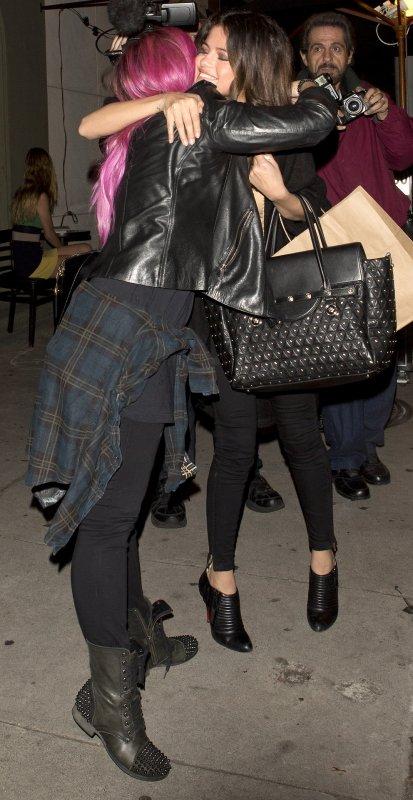 Le soir du 23/01/14 notre sublime Selena est sortie du Craig's restaurant avec Demi Lovato après un dînée entre amie