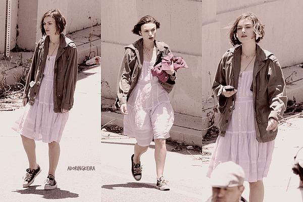 """18.O5.2O11; Keira est restée à Los Angeles pour le tournage de """"Seeking A Friend For The End Of The World"""". Ce n'est certainement pas la meilleure tenue de Keira mais la robe est jolie."""