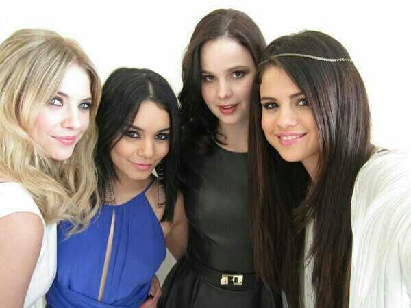 Selena a paris avec Rachel, vannessa et  Ashley  pour la promo de leur nouveau film