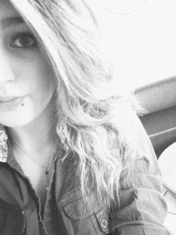 """""""Je déchire les photos, j'arrache les souvenirs, je te demande de te casser de mon esprit que tu hante, je brûle tes fringues laisser chez moi, j'vire l'odeur de tes rêves sur mon oreiller, j'efface nos messages, je supprime nos chansons d'amoureux stupides.  J'recommence à vivre, à courir sous la pluie en souriant, j'recommence à danser en plein milieu du salon, j'recommence à chanter jusqu'à plus avoir de voix ; puis tu reviens, tu m'balance deux ou trois je t'aime et c'est repartit . Débilité profonde de l'amour."""""""