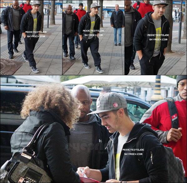 16 octobre 2011 : Joe a été aperçu tout sourire, à son hôtel à Stockholm, en Suède, signant des autographes à quelques fans. Voici quatre photos de ce jour..