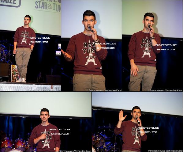 17 octobre 2011 : Pour son showcase privé à Bruxelles, en Belgique, Joe a accordé quelques mots à la presse. On peut voir sur les photos que Monsieur était vêtu d'une tenue bien décontractée !