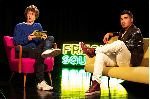 """18 octobre 2011 : Lorsque Joe était à Londres, en Angleterre, il a accordé une interview pour UK's Channel 4 du nom de """"Freslhy Squeezed"""". Celle-ci a été diffusée ce mardi. Découvrez-la en cliquant sur l'image !"""