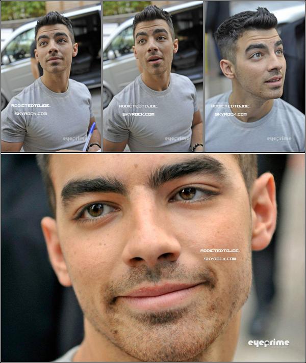 11 octobre 2011 : Joe a été aperçu ce mardi devant les studios d'une télévision anglaise, à Londres. Comme d'habitude, c'est un Joe naturel que nous pouvons découvrir sur les photos ! Si vous souhaitez en voir plus, cliquez sur l'image.