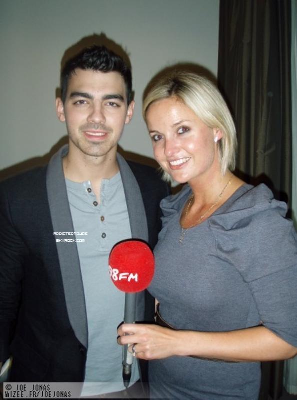 24 octobre 2011 : Lors de son passage à Milan, notre chouchou a été interviewé par la télévision Italienne. Voici quelques captures de cette vidéo et si vous souhaitez la regarder, cliquez sur l'image !