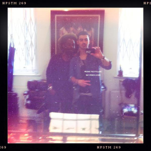 28 octobre 2011 : Notre chanteur favori a profité d'un passage chez le coiffeur pour nous poster une petite photo sur son twitter. La voici pour vous !