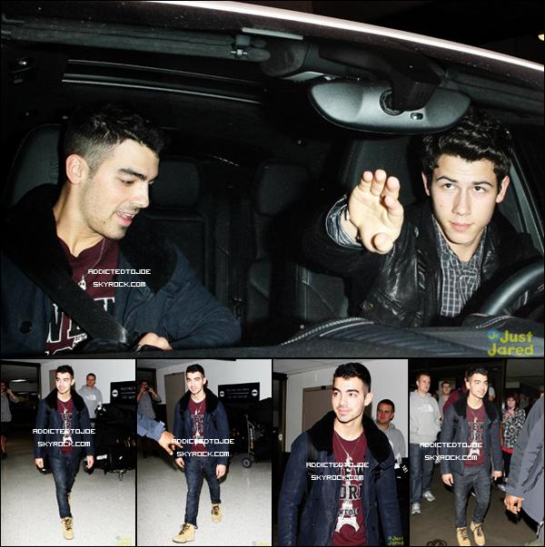 1 novembre 2011 : Notre chanteur favori a été aperçu sortant du restaurant Katsuya, à Hollywood en compagnie de son petit frère Nick. Ne sont-ils pas mignons tous les deux ?
