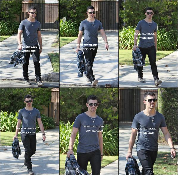 2 novembre 2011 : Joe a été aperçu quittant le café Kings Road de Los Angeles. Pour plus de photos, cliquez sur l'image !