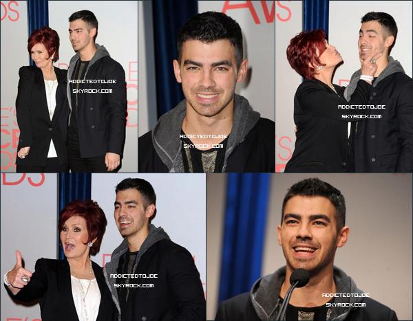 """8 novembre 2011 : De sublimes photos de notre chanteur favori ont été prises lors de l'annonce des nominations des """"People Choice Awards"""". Ca fait tellement plaisir de le voir si souriant ! Si vous souhaitez en voir plus, cliquez sur l'image !"""