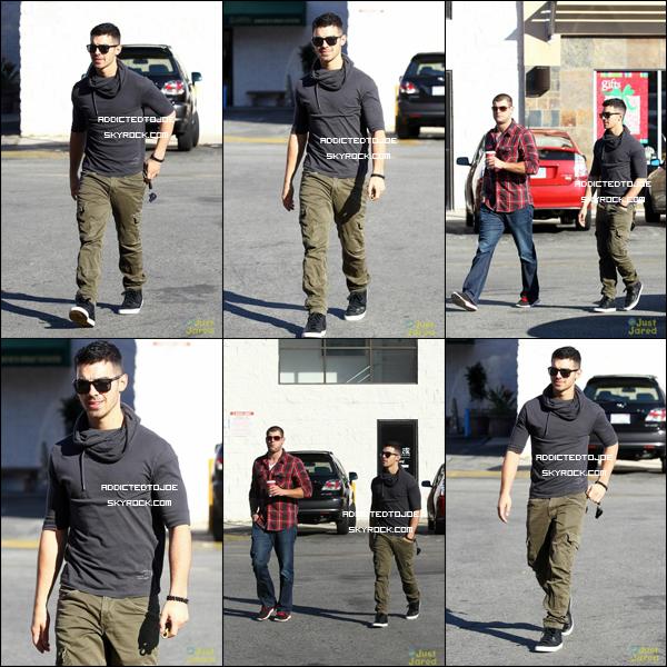 9 novembre 2011 : De nombreuses photos de Joe quittant le Starbucks à Studio City on été prises. Je vous en offre six et si vous voulez en voir plus, cliquez sur l'image.