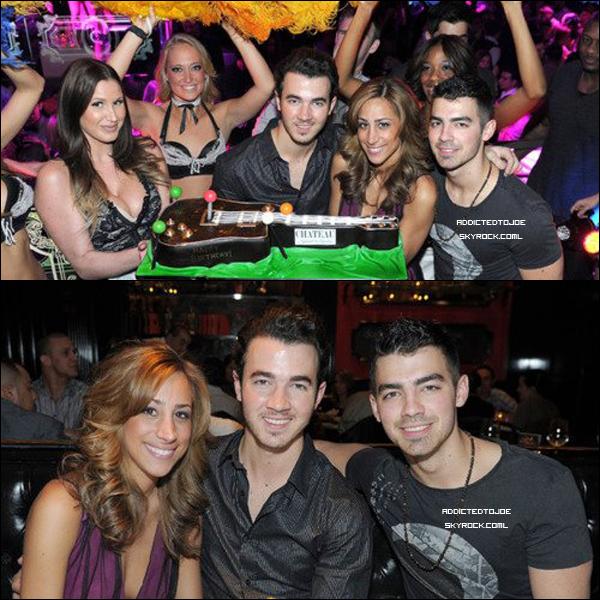 12 novembre 2011 : Le plus vieux des frères Jonas, Kevin, a fêté son anniversaire à Las Vegas en compagnie de notre cher Joe. Voici pour vous, deux photos de ce jour.