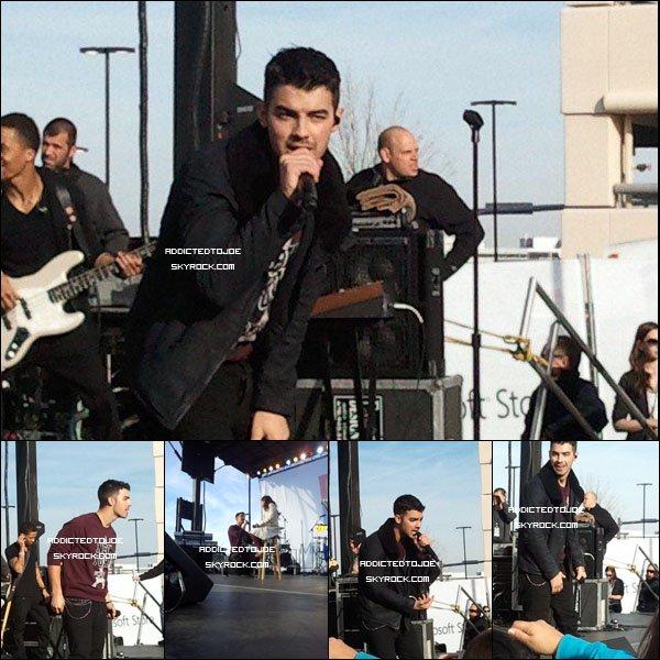 19 novembre 2011 : Joe a donné un concert au Microsoft Store de Tysons Corner en Virginie. Voici cinq superbes photos pour vous. Si vous souhaitez en voir plus, cliquez sur l'image !
