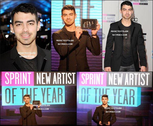 """20 novembre 2011 : Joe ne cesse les voyages aux Etats-Unis. Cette fois il était présent aux """"American Music Awards"""" de Los Angeles. Si vous souhaitez voir plus de photos, cliquez sur l'image !"""