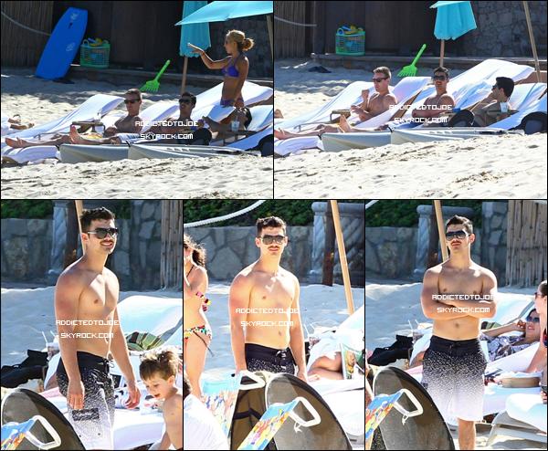 27 novembre 2011 : Monsieur Danger profite tranquillement de ses vacances à Los Cabos au Mexique pour prendre le soleil. Voici quelques photos pour vous et si vous souhaitez en voir plus, rendez-vous sur l'image !