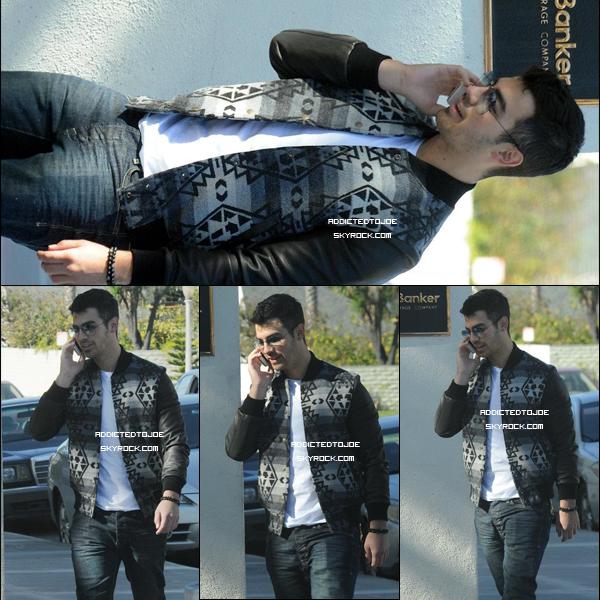 03 décembre 2011 : Joe se promène ! Cette fois, il a été aperçu, le portable à la main au Larchmont District de Los Angeles. Et bien évidemment, les photos ne manquent pas. En voici quatre qui sont très belles !