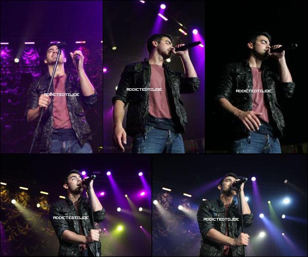08 décembre 2011 : Joe est encore et toujours à Philadelphie. Cette fois pour Kiss 108 Radio, toujours pour le Jingle Ball. De superbes photos sont à découvrir en cliquant sur l'image !