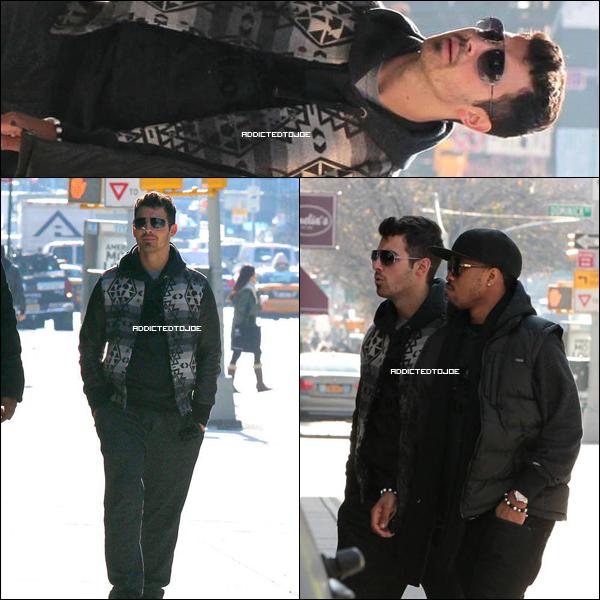 09 décembre 2011 : Joe se promène tranquillement dans les rues de Manhattan, à New-York en compagnie de son batteur, Tony. Découvrez d'autres photos en cliquant sur l'image !