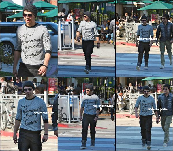 16 décembre 2011 : Joe a été aperçu dans les rues d'Hollywood en compagnie de son petit frère, Nick. Voici pour vous une superbe photos des deux frangins.
