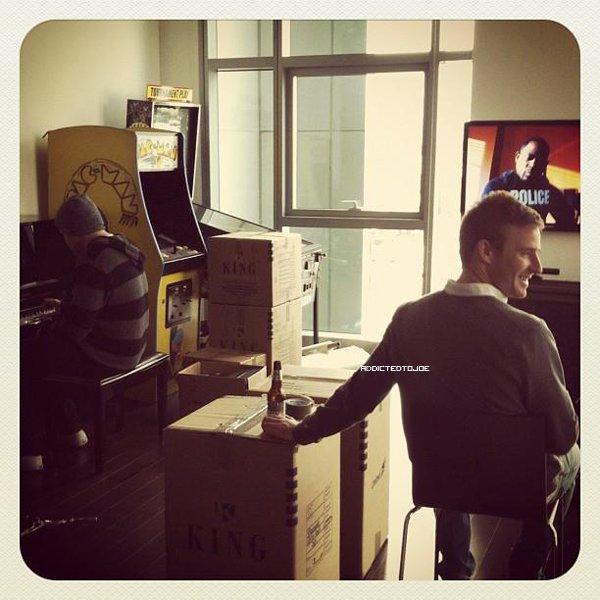 """18 décembre 2011 : Joe a encore posté une nouvelle photo de Winston sur son twitter. Cette fois, accompagnée de ces mots """"Dancer, Prancer, Winston, Vixon."""" Winston est prêt pour noël !"""