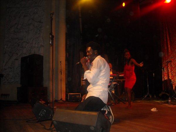 L'artiste Baloji fête avec les siens à Kinshasa