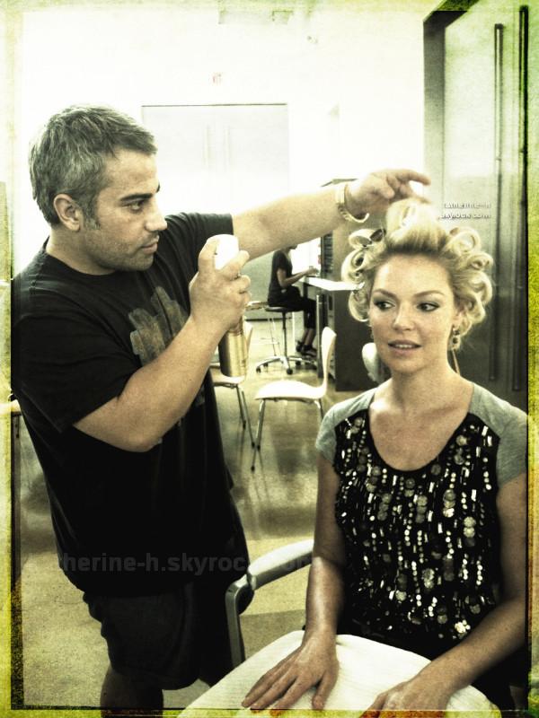 Katherine entrain de se faire chouchouter lors de son shoot pour InStyle Australie.