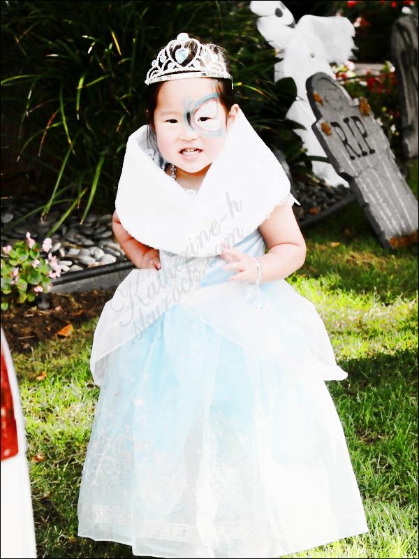"""30 Octobre - Katherine et sa famille ont fêté Halloween, un peu à l'avance. Katherine était """"déguisée"""" en sorcière. Naleigh nétait-elle pas à croquer dans son déguisement de princesse ? Rappelez-vous, l'année dernière elle était déguisée en fée clique."""