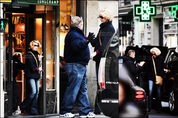 2 Février - Katie et Nancy ont fait du shopping chez Longchamp. J'aime bien sa tenue mais je ne dirais pas que c'est un top.