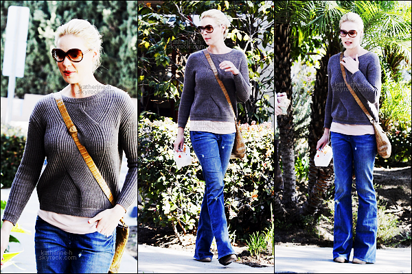 10 Février - Katherine a déjeuné au Louise's Trattoria Restaurant à Los Feliz avec sa mère.