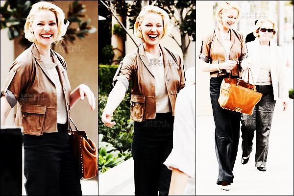 21 Février - Katherine a déjeuné avec maman au Bouchon Bistro à Beverly Hills. Tenue plus ou moins chic.