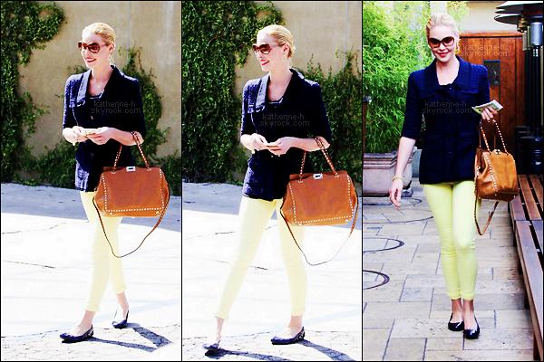 24 Février - Katherine est allée déjeuner dans un restaurant à Los Feliz. Sa tenue est pas mal c'est un bof qui tend vers un top.