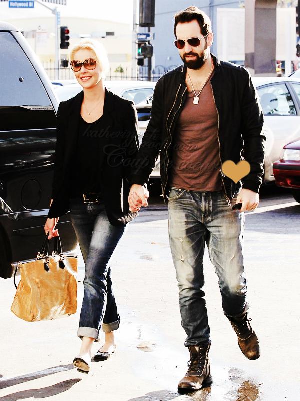 19 Mars - Katherine et Josh sont allés déjeuné à Sushi Ike à Los Feliz. Tenue simple j'aime bien mais ses lunettes Hogan commence sérieusement à m'énerver.