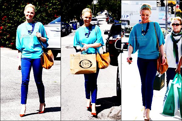04 Avril - Katherine et Nancy étaient à Brentwood où elles ont fait un peu de shopping chez F&S Fabrics et dans d'autres magasins. Katie est très bleue j'aime beaucoup la touche de marron qu'elle a ajouté sa tenue, madame a ressorti son Valentino, c'est un top.
