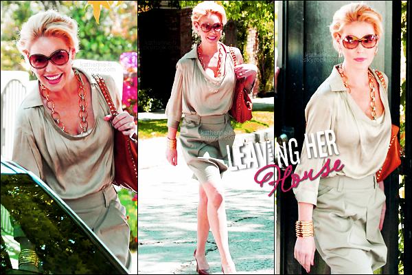 20 Avril - Katherine quittant son domicile, sa tenue : j'adore la jupe mais le reste... la chaîne: quel horreur ! les lunettes: vous savez que je les déteste, la coiffure: on dirait une vieille ! son sac Valentino est parfait.