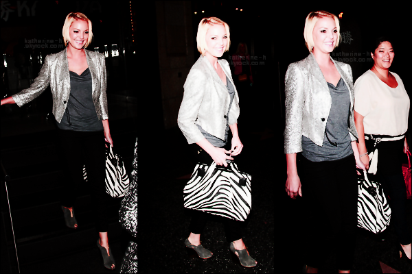 24 Avril - Katherine a rendu visite à un ami à Beverly Hills. Sa tenue ressmble beaucoup à une qu'elle avait porté en novembre 2011. J'aime beaucoup mais les chaussures... pas très fan.Que pensez vous de ses lunettes ?