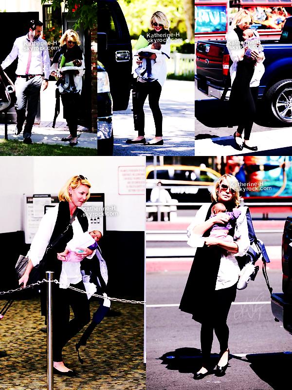 29 Juin - Katherine, Josh et la petite Addey ont été vu quittant leur domicile pour LAX Airport à Burbank. Côté tenue, rien d'exta, Katie porte une chemise blanche, une longue écharpe noire, des leggins noirs, des ballerines de la même couleur et des lunettes, rien à dire.
