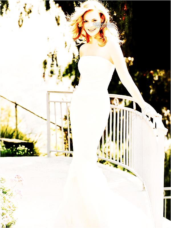Katherine n'est pas à Los Angeles mais cela ne vas pas nous empêcher de mettre le blog à jour. Donc voilà un photoshoot de Katie dont j'ignore l'année mais je suis tombée amoureuse de la photo avec la longue  robe blanche.