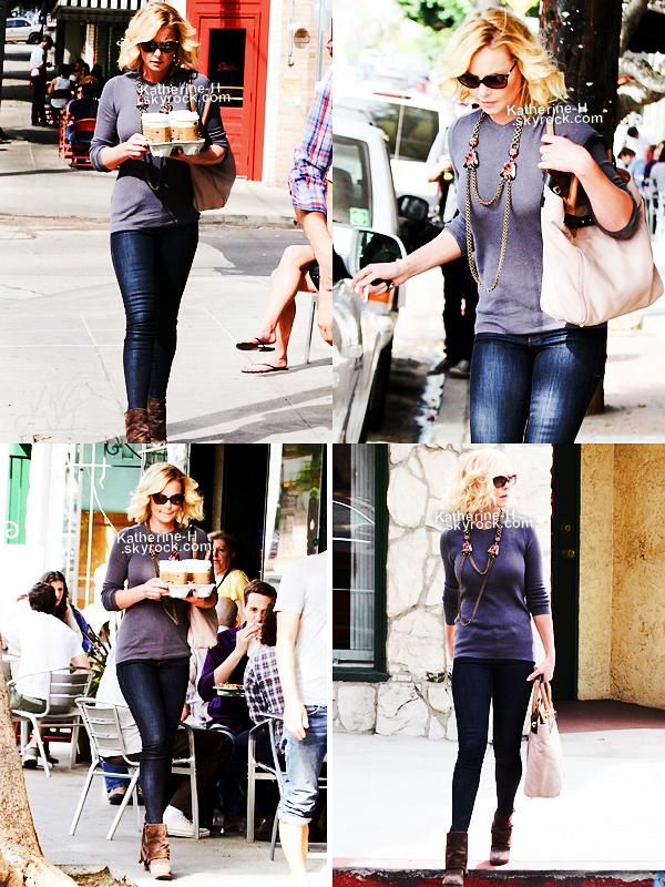6 Octobre - Katherine est allee chercher des cafes à Little Dom's. Son pantalon est un Level 99 Janice.