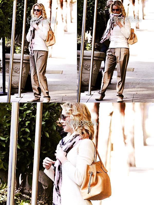 26 Janvier - Katherine attendant Josh avant qu'ils ne rendent au Sunset Marquis Hotel à Hollywood. Ils sont ensuite allés déjeuner dans un restaurant de Malibu. J'aime beaucoup sa tenue surtout ses ballerines, ce sera un top pour moi.
