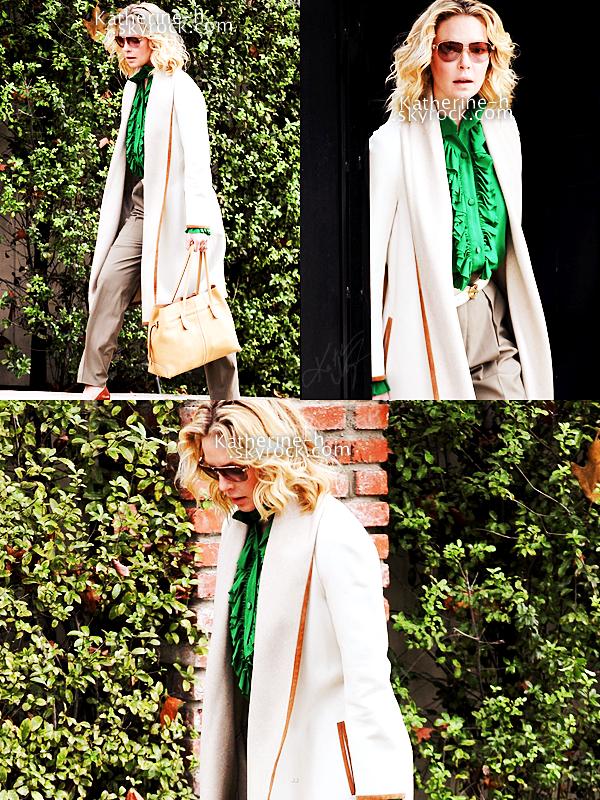 2_ Janvier - Katherine quittant son domicile pour se rendre à un meeting. Josh aussi était là.