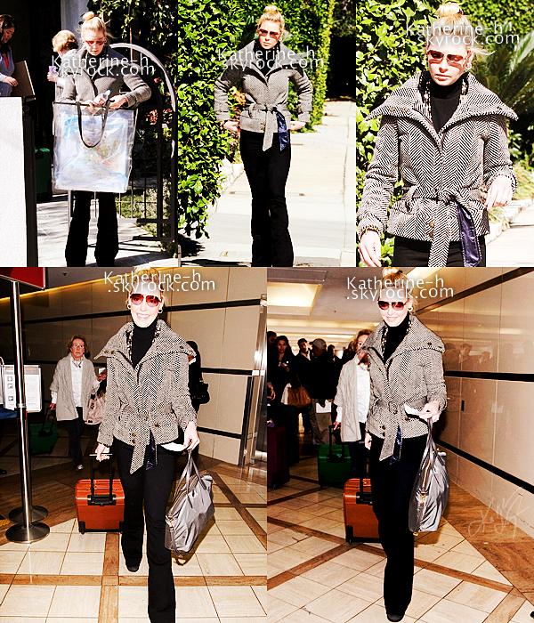 28 Janvier - Katherine a été vue à Los Feliz où elle mettait ses bagages dans la voiture avant de se rendre à LAX Airport avec Nancy. Peut-être qu'elle rentre dans l'Utah après son petit séjour à LA. J'aime bien sa veste en tweed; son pantalon est un J Brand Love Story.