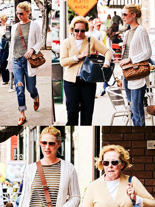 13 Avril - Katherine et sa mère Nancy ont déjeuné au Little Dom's qui est le restau préféré de Katie. Côté tenue, rien de spécial juste un truc casual : un teeshirt avec des rayures, un pantalon déchiré, un cardigan, des chaussures marrons et un sac Chanel.