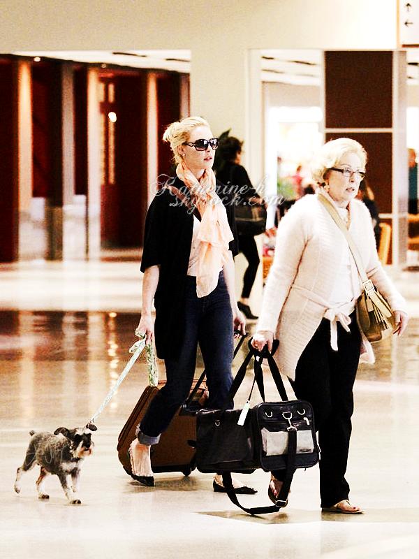 4 Juin - Katherine et sa maman Nancy ont été vues à l'aéroport international Louis Armstrong de la Nouvelle Orléans où elles ont pris un vol pour retourner dans l'Utah. Romeo le chien de Katie était là également.