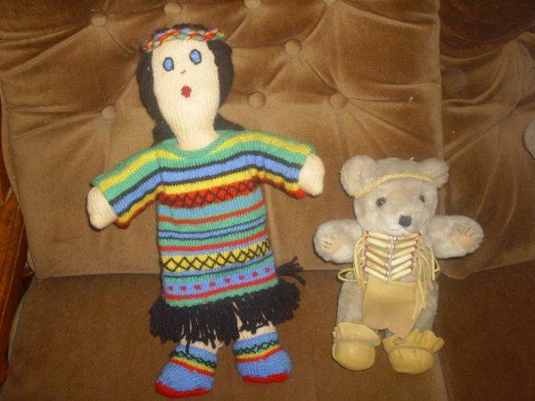 poupée tricoter à la main les vétements s'enlève.ma tante qui me la offert