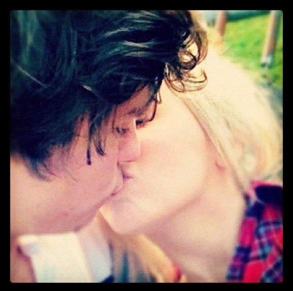 Après la citation,voici une photo prise sur instagram on dirait Harry,donc je vous la met,si sa venais à être lui n'ayez pas de haine envers la fille,sa rejoint la rumeur qu'Harry ait flashé sur une fan :contentepourlui: . Par contre je ne sais pas qui est la fille :$. Mais j'essayerais de trouver :)
