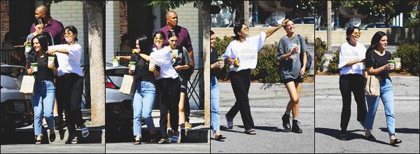 . ◊22/09/18: Selena Gomeza étéphotographiée se promenant en compagnie de ses amies,dansStudio City! .