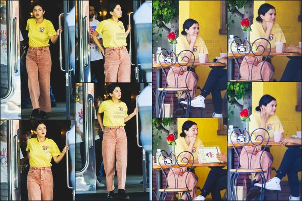 . ◊21/09/18: Selena Gomeza été vuedans un restaurant en compagnie d'un ami,dans la ville deBeverly Hills! .